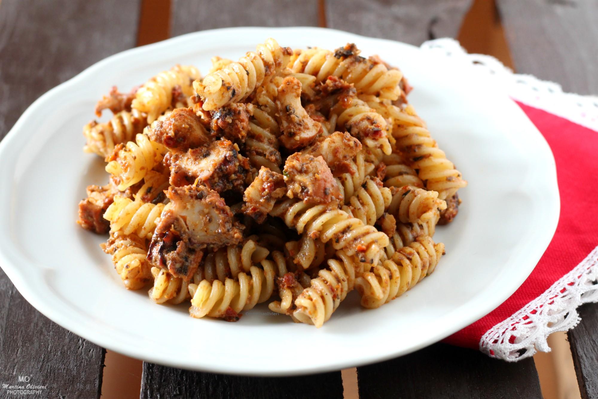 Pasta con polpo e pesto di pomodori secchi