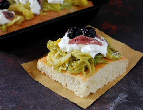 Focaccia con verza, stracciatella, acciughe e olive