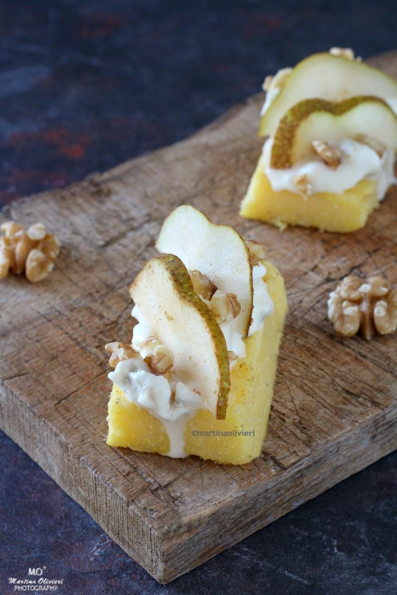 Crostini di polenta con gorgonzola, pere e noci