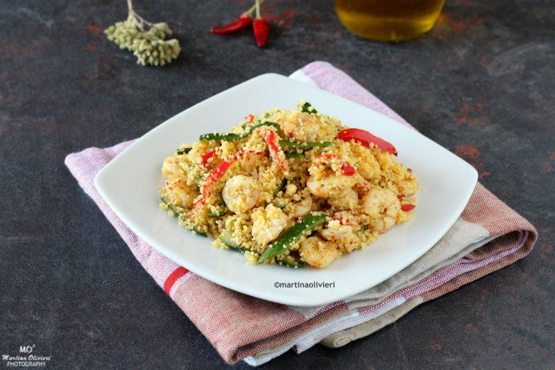 Cous cous con zucchine, peperoni e gamberetti speziati