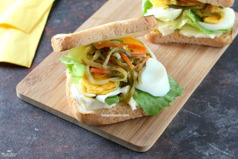 Sandwich con uova sode, brie e verdure