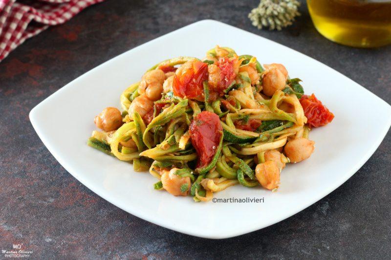 Spaghetti di zucchine con ceci e pomodorini