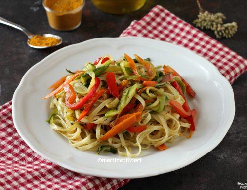 Tagliatelline di riso con verdure speziate