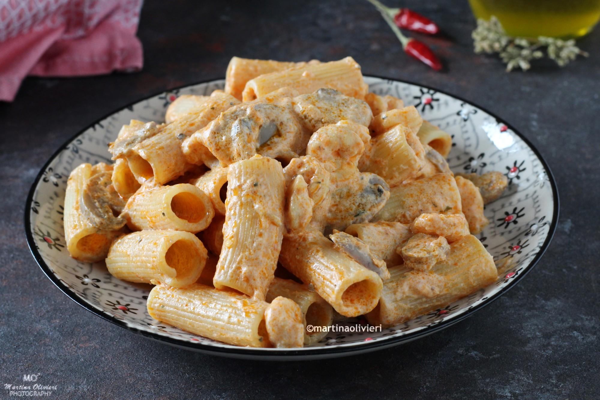 Pasta con panna, funghi e gamberetti
