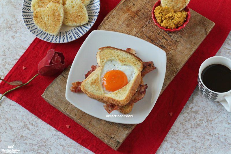 Toast al cuore d'uovo con bacon e avocado