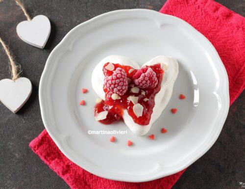 Cuore di meringa con confettura di fragole