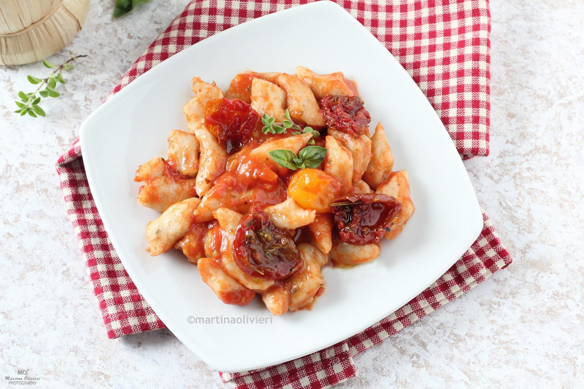 Gnocchi di fagioli con sugo ai tre pomodori