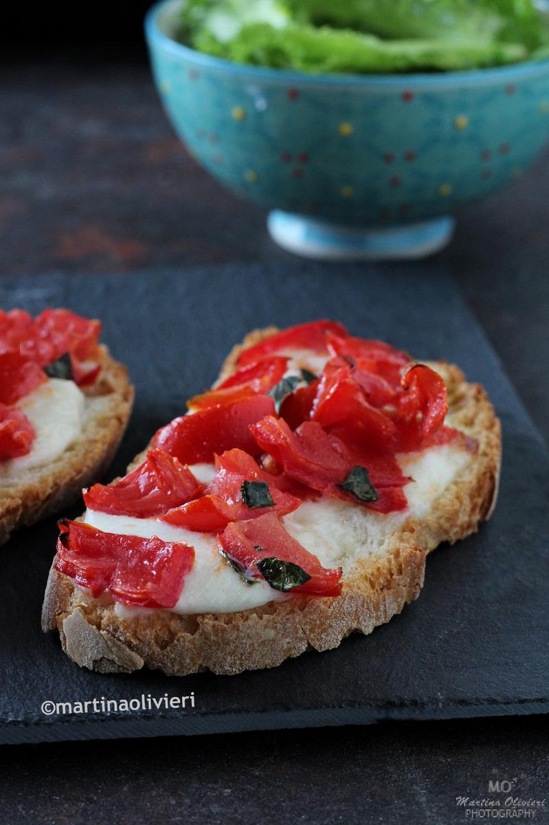 Crostini con pomodorini e mozzarella