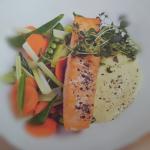 Salmone con contorno di verdure estive