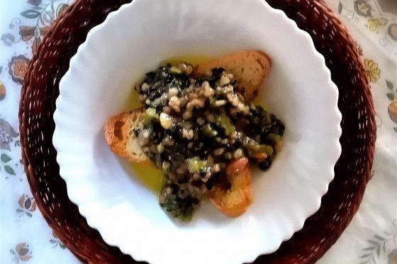 Zuppa di legumi misti e cavolo nero