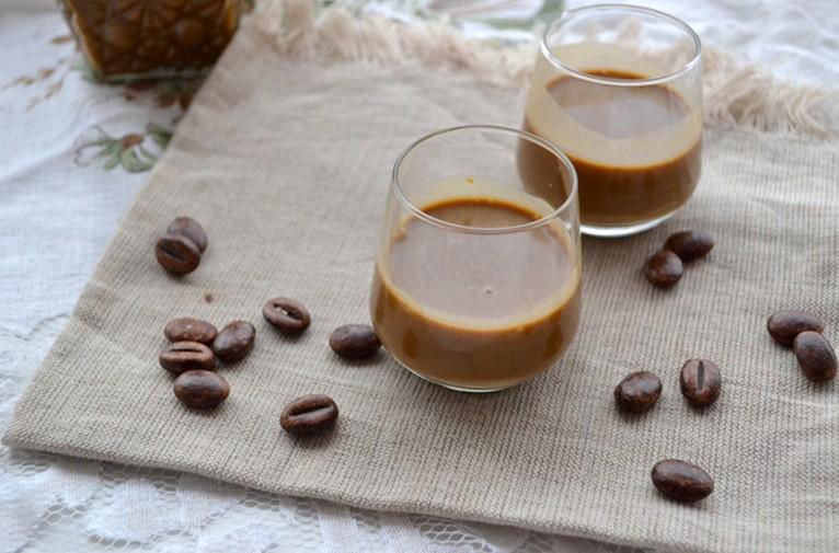 liquore al caffè.liquore cremoso,liquore cremoso al caffè,liquore fatto in casa,le ricette di tina,