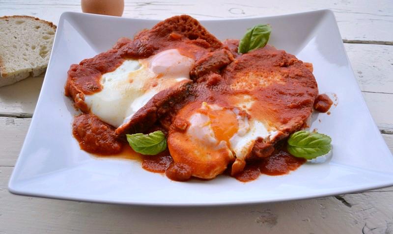 uova al pomodoro,uova in padella,pane raffermo ricette,le ricette di tina,