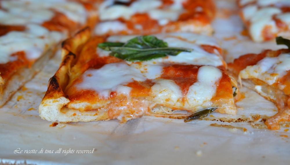 Pizza farcita prosciutto e mozzarella