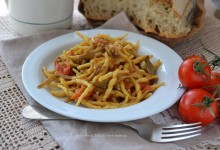 Trofie con carciofi salsiccia e pomodorini