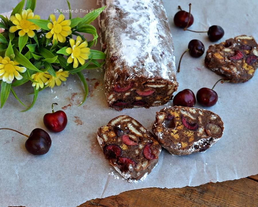 Salame dolce freddo con ciliegie e cioccolato