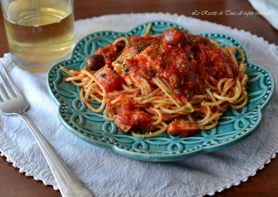 Spaghetti con tonno fresco olive e capperi