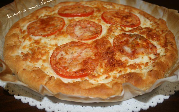 PIZZA DI PASTA SFOGLIA AL FORMAGGIO E POMODORO -ricetta torta salata vegetariana