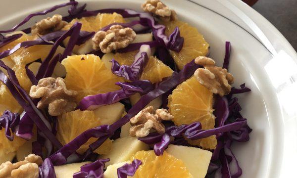 Insalata di cavolo rosso, mela, arance e noci