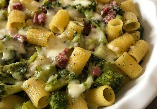 Mezze maniche gratinate con broccoli, salsiccia e mozzarella