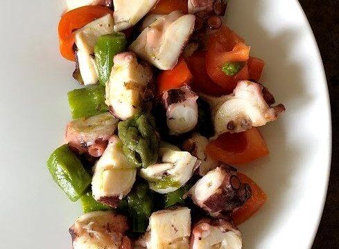Insalata di polpo con asparagi e pomodorini