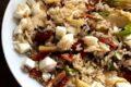 Insalata di riso integrale con fiori di zucca e pomodorini secchi