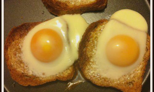 Uova all'occhio di bue al microonde