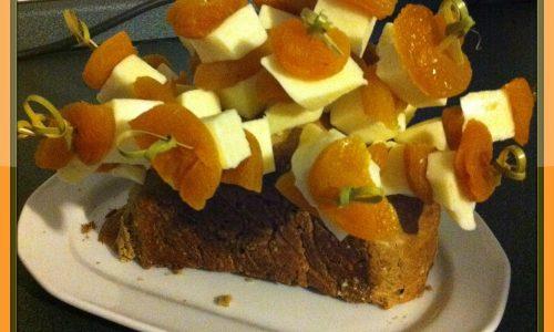 Spiedini aperitivo: albicocche e formaggio