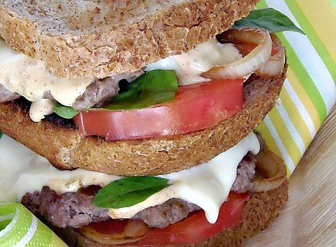 Doppio Hamburger,pomodori e cipolle caramellate con salsa speciale