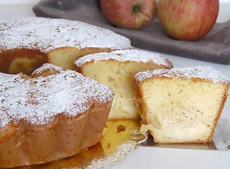 Torta di mele all'acqua con il buco umida e leggera