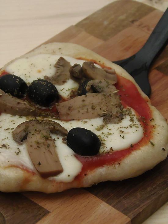 Pizza Capricciosa in padella senza prosciutto ricetta veloce
