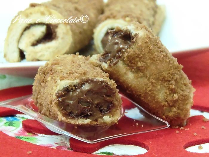 Ingredienti per 4 nutella roll :  4 fette di pane per tramezzini  nutella qb  80g di biscotti al cacao sbriciolati