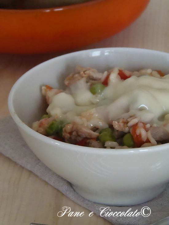 Ingredienti per 2 persone:  100g di petto di pollo o sovra coscia di pollo  80g di piselli  150g di riso parboiled  sale e pepe qb  due cucchiai di olio