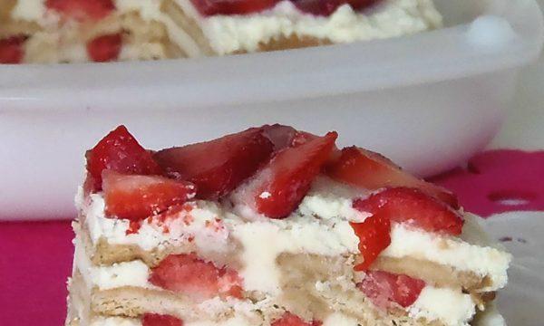 Torta biscotto panna e fragole