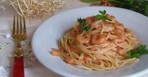 Spaghetti alla crema rosa di gamberetti senza panna per deliziare gli ospiti nei giorni di festa. Adatta a tutti i tipi di menu', da quelli piu' sofisticati a quelli piu' semplici, questa ricetta e' molto veloce.