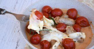 Salsiccia mozzarella e pomodoro in padella