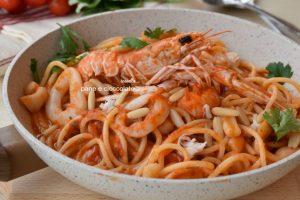 Spaghetti con sugo al pomodoro e scampi