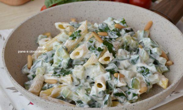 Pasta penne in bianco con zucchine
