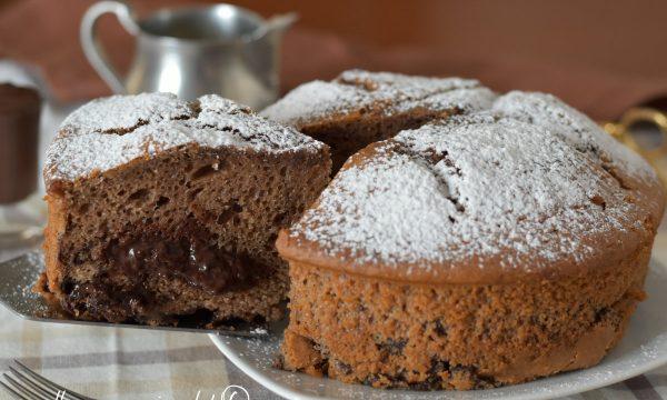 Torta alla cioccolata calda cremosa soffice ed alta