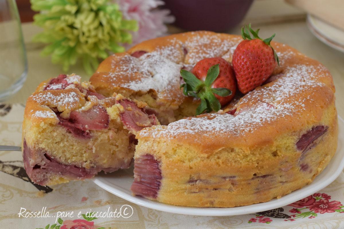 Torta mescolata fragole e panna 5 minuti senza burro leggera come una nuvola e alta.
