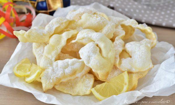 Chiacchiere al Limone Dolci di Carnevale con Ricetta friabile