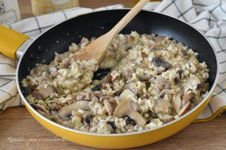 Risotto Funghi e Salsiccia in Padella il Piatto con Ricetta cremosa gustoso e facile!