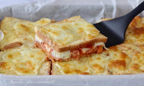 Toast al Forno alla Pizza e Prosciutto cotto la Ricetta Ripiena velocissima