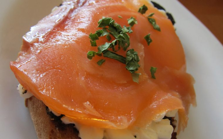 Bruschetta al salmone e fiocchi di latte