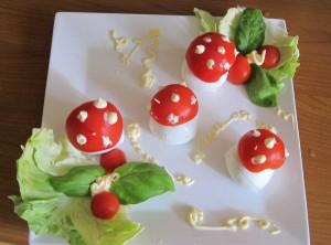 funghetti di mozzarella e pomodoro, ricette antipasti buffet simpatici