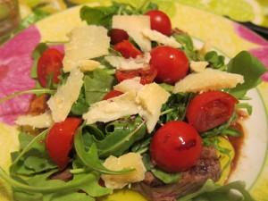 Potete aggiungere la rucola sopra la tagliata insieme agli altri ingredienti, oppure disporla sul piatto prima di mettere la carne!