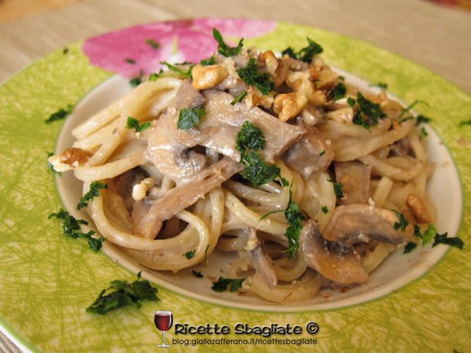 strangozzi funghi e crema di noci, ricetta primo piatto di pasta