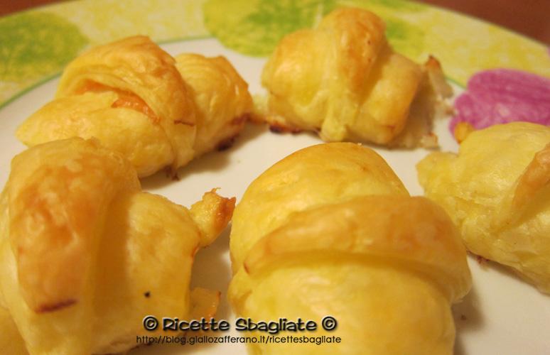 Cornetti di sfoglia con salmone o prosciutto antipasto buffet salato o finger food
