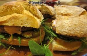 hamburger speciale mediterraneo con rucola e zucchine