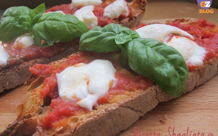 Bruschetta al sugo di pomodoro mozzarella e basilico