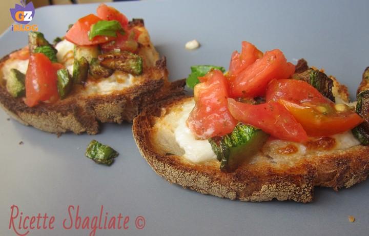 Crostini stracchino zucchine e pomodori